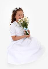 Dziewczynka z bukietem kwiatów.