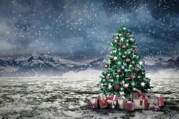 Weihnachtsbaum mit Geschenken im Schnee