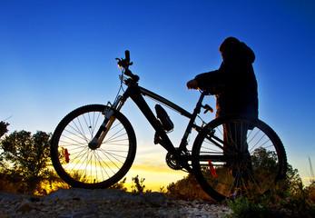 niño con su bicicleta en la montaña