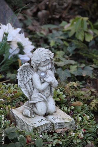Friedhofsengel kniet auf Buch - 76439565