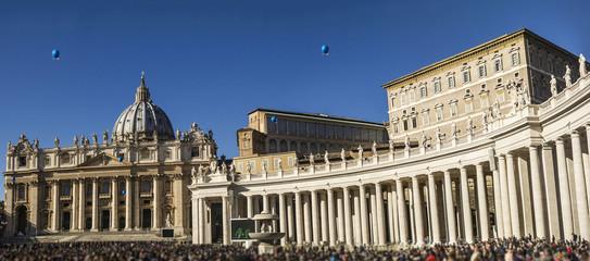 basilic st peter colonnade tourists panorama