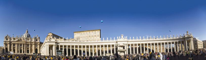basilic saint pietro with colonnade and faithfuls