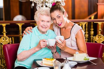 Großmutter und Enkelin bei Kaffe im Cafe