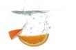 canvas print picture - frische Orangespalten tauchen ins Wasser