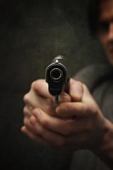 homme policier tirant arme