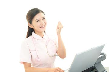 ガッツポーズの看護師