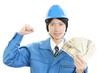紙幣を持つ労働者
