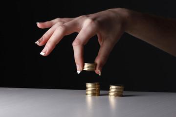 Mano contando monedas de euro