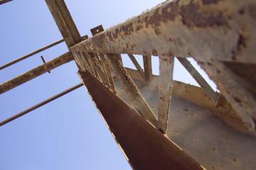 Vigas oxidadas en ruinas