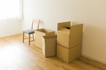 段ボール箱と椅子
