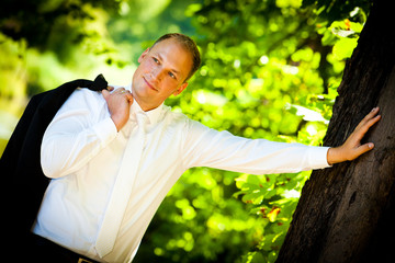 man groom standing - bräutigam am baum portrait