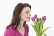 Junge Frau riechenden Blumen