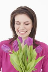Junge Frau mit Blumen, lächelnd