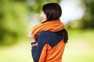 sportliche Frau mit Handtuch
