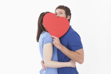 Paar mit roten Herzen Form