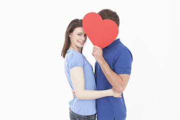 Paar mit roten Herzen Form, Frau lächelnd
