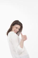 Junge Frau zeigt Daumen nach oben, lächelnd
