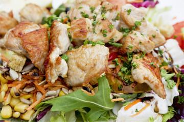Gemiscter Salat mit Putenfleisch