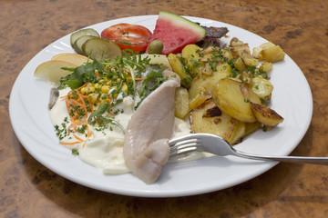 Matjessalat mit Bratkartoffeln