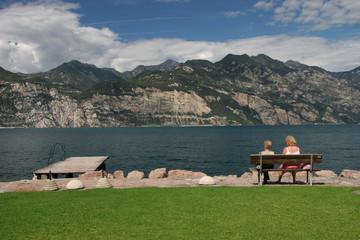 Coppia di anziane sul lago di Garda