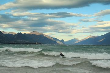 Surfista sul lago di garda