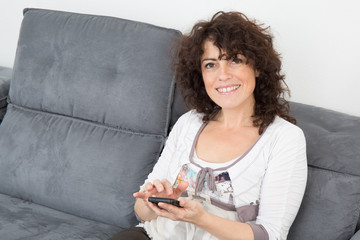 Femme avec son portable tapant un message