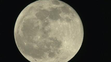 grande luna nel cielo notturno