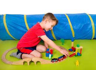 Kleiner Junge spielt mit einem Zug