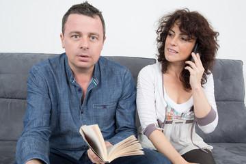Homme surpris et femme au téléphone