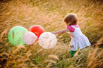 kind spielt mit luftballongs
