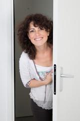 Femme dans entrebaillement d'une porte