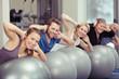 gruppe trainiert zusammen im fitness-raum