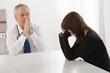 Jeune femme, consultation, dilogue