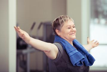 frau im fitness-studio entspannt beim yoga
