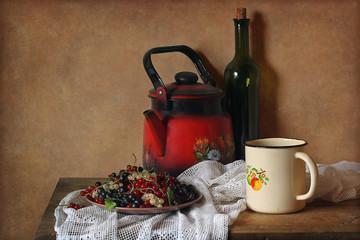 Натюрморт с посудой и смородиной