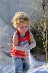 Sandspiele - Kind spielt im Sand