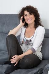 Femme au téléphone très souriante