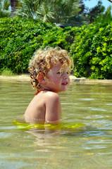 Aquapark - Schwimmendes Kind Planschen im Sommer