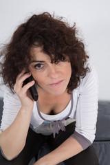 Femme au téléphone concentrée