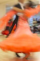 Tanzendes Paar auf Tanzwettbewerb, Bewegungsunschärfe