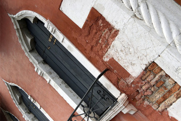 Diagonal view of a typical Venetian facade