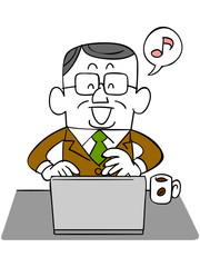 笑顔でノートパソコンを使う年輩のビジネスマン