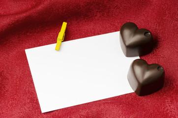 cuore di cioccolato con biglietto bianco