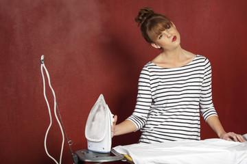 Junge Frau beim Bügeln