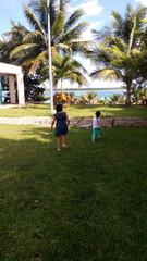 Niñas jugando en la laguna de bacalar