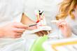 Zahnarzt erklärt Patientin Behandlung