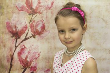 Dziewczynka w pięknej sukience w groszki