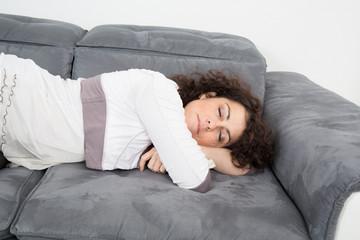 Femme endormie sur le canapé