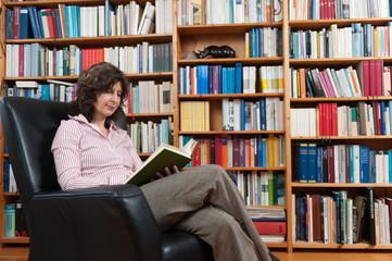 Frau mit Buch im Sessel