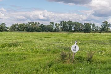 Naturschutzgebiet mit Verkehrsschild